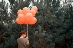 Ovanlig kvinna med ballonger som begrepp utomhus Arkivbilder