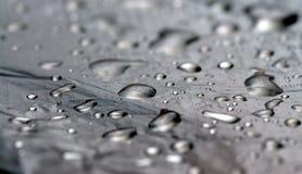 Ovanlig monokrom bakgrund av kvicksilver- eller vattendroppar arkivfoto