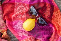 Ovanlig sammansättning av solglasögon och citronen Royaltyfri Fotografi
