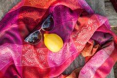 Ovanlig sammansättning av solglasögon och citronen Arkivfoto