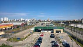 Ovanlig sikt av abc:et - São Paulo, Brasilien med dess byggnads-, bro- och stångnätverk på en härlig dag av blå himmel och moln Arkivfoton