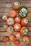 Ovanlig typ av pumpaturbansquash på en träräknare Många orange pumpa på en trätabell Pumpa för en ferie arkivfoton