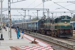 Ovanliga trainspotters på den indiska järnvägen fotografering för bildbyråer