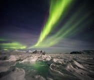 Ovanligt arktiskt vinterlandskap - fryste fjord & nordliga ljus Arkivfoton