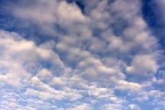 Ovanligt intressera vridet runt fkuffy moln i den blåa himlen royaltyfria foton
