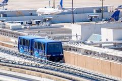ovannämnd jordslutlig förbindande spårvagn på IAH-flygplatsen fotografering för bildbyråer