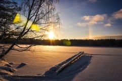 Ovannämnd snöad sjö för solgloria Royaltyfri Bild