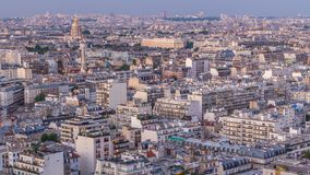 Ovannämnda hustak för flyg- panorama i en Paris dag till natttimelapse stock video