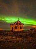 Ovannämnt övergett hus för nordliga ljus Arkivfoton