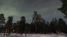 Ovannämnt fryst land för nordliga ljus ovanför arktisk i Finland stock video