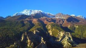 Ovannämnt maximum för soluppgång i det Himalaya området, Nepal arkivfilmer
