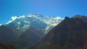Ovannämnt maximum för soluppgång i det Himalaya området, Nepal lager videofilmer