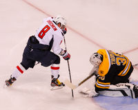 Ovechkin tries to beat Tim Thomas. Stock Photography