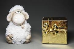 Ovejas con la caja de regalo Foto de archivo