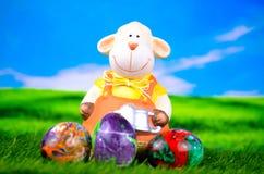 Ovejas de Pascua con los huevos de Pascua Imagen de archivo