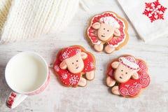 Ovejas del pan de jengibre de la Navidad con la taza de leche Imagenes de archivo
