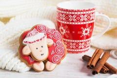 Ovejas rojas del pan de jengibre de la Navidad con la taza de leche Fotos de archivo