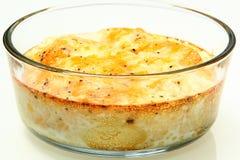 Oven Baked Eggs med smältt ost och peppar Arkivfoto