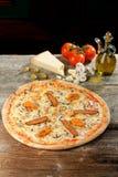Oven Baked Pizza fresco con el jamón, salchicha, todo el queso Fotos de archivo