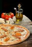 Oven Baked Pizza fresco con el jamón, salchicha, todo el queso Foto de archivo libre de regalías