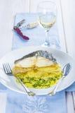 Oven gebakken kabeljauwvissen met aardappels Stock Afbeelding