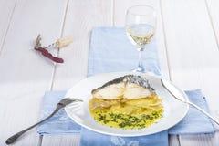 Oven gebakken kabeljauwvissen met aardappels Royalty-vrije Stock Foto