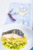 Oven gebakken kabeljauwvissen met aardappels Stock Foto