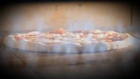 Oven gebakken pizza met hete het voedsel Italiaanse margherita van het rookrestaurant stock videobeelden