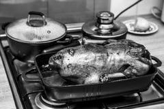 Oven geroosterde hand - gemaakte kip op een zwart-wit bakselblad Royalty-vrije Stock Fotografie