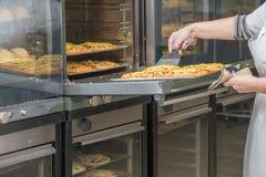 Oven met bakkerijdienbladen stock fotografie