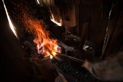 Oven met houtskool en knifes Stock Afbeelding