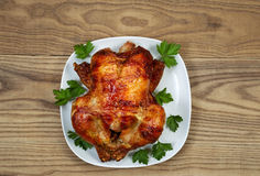 Oven Roasted Whole Chicken frais avec le persil du plat de portion Photographie stock