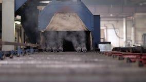 Oven voor thermische behandeling van metaal en metaalpijpen stock footage