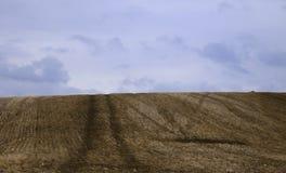 Over de heuvel is voor altijd blauwe hemel stock foto