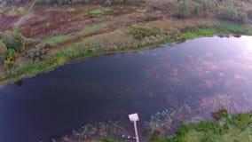 Over de rivier Mologa Bij de bodem van de boot en het vlot stock videobeelden
