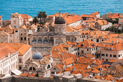 Over de rode daken van Dubrovnik Kathedraal en oude stad Royalty-vrije Stock Afbeeldingen