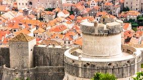 Over de rode daken van Dubrovnik Zeer dichte vestingstoren Stock Foto's