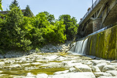 Over de Waterkering: Het stromen Royalty-vrije Stock Fotografie