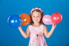 over för blått barn för luftballons färgrikt lyckligt Fotografering för Bildbyråer
