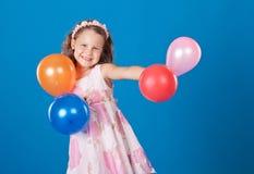 over för blått barn för luftballons färgrikt lyckligt Royaltyfria Bilder