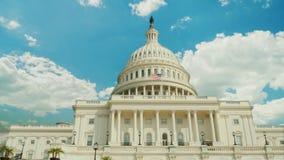 Over het beroemde Capitoolgebouw in Washington, gelijkstroom, vlug drijven de wolken Timelapswevideo stock video