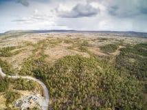 Over het bos en de rivier dichtbij de windende weg Royalty-vrije Stock Fotografie