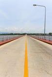 Over het brugkruis de rivier Stock Foto's