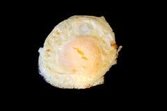 Over het gemakkelijke omhooggaande ei braden geïsoleerdt op zwarte Royalty-vrije Stock Fotografie