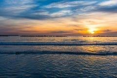 Over het overzees onder een kleurrijke hemel bij zonsondergang royalty-vrije stock foto's