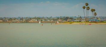 Over het water en aan het eiland met boten stock foto
