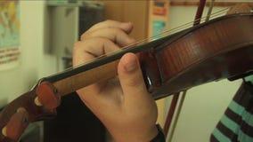Over schouder bij violist het spelen stock video