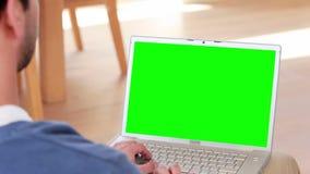 Over schoudermening van de toevallige mens die laptop met behulp van stock footage