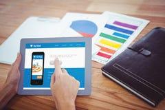 Over schoudermening van hipstervrouw die 3d tablet gebruiken Stock Foto's