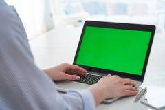 Over The Shoulder Weergeven van Laptop van Onderneemsterusing green screen in Bureau stock fotografie